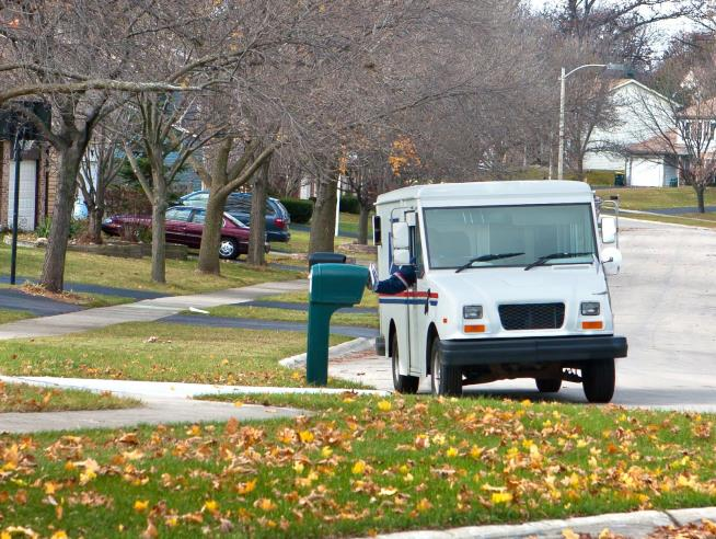 Trump Signs Executive Order to Review US Postal Service Finances