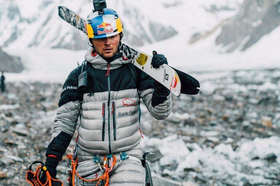 Daredevil Becomes 1st Person to Ski Down K2