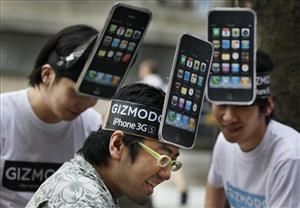 iPhone fans await the first day of sales of iPhone 3GS in Tokyo, June 26, 2009.