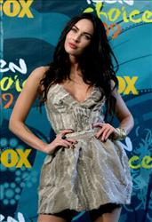 Megan Fox poses with Choice Hottie Award in press room during the 2009 Teen Choice Awards held at Gibson Amphitheatre on August 9, 2009 in Universal City, California.