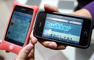 With Twitter apps available for most mobile devices already, watchers wonder if the TwitterPeek will take off.