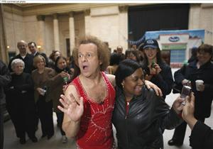 Richard Simmons reenergizes Chicago commuters with Ocean Spray's(r) Cranergy(r) Energy Juice Drink, Tues., March 31, 2009.