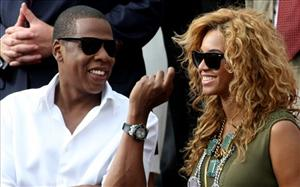 Jay-Z and Beyonce watch Spain's Rafael Nadal play Sweden's Robin Soderling during a men's finals match for the French Open tennis tournament at the Roland Garros stadium in Paris, June 6, 2010.