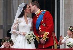 Their Royal Highnesses Prince William, Duke of Cambridge and Catherine, Duchess of Cambridge, kiss on the balcony at Buckingham Palace on April 29, 2011 in London, England.