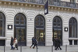 Parisians and tourists wander in front of the Apple store located near the Paris Opera, Tuesday, Jan. 1, 2013.