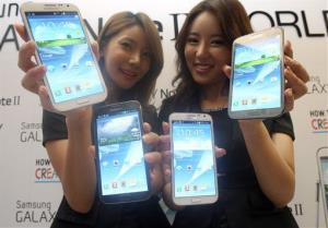 Models hold Samsung Electronics' Galaxy Note II smartphones during its unveiling ceremony in Seoul, South Korea, Wednesday, Sept. 26, 2102.