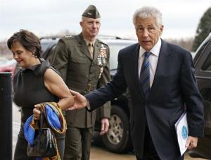 Marine Corp. Lt. Gen. Tom Waldheuser, center, greets Sen. Chuck Hagel, R-Neb., right, and his wife Lilibet.