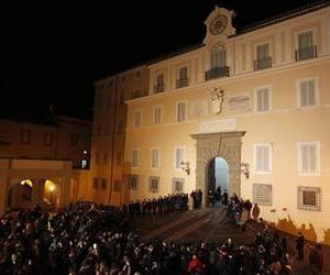 Members of the public and the media wait for Vatican Swiss guards to close the main door of the papal residence in Castel Gandolfo, south of Rome, Feb. 28, 2013.