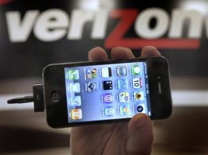A manager of the Verizon store in Beachwood, Ohio, holds up an Apple iPhone 4G.