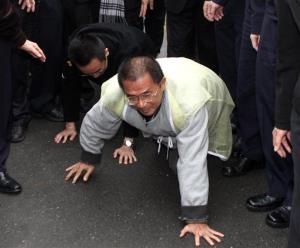 Taiwan's jailed former president Chen Shui-bian crawls to the funeral home of his late mother-in-law, as part of a Taiwanese custom honoring the deceased, in Tainan, southern Taiwan, Jan. 6, 2012.