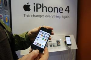 A US trade agency has issued a ban on imports of Apple's iPhone 4 and a variant of the iPad 2 after finding the devices violate a patent held by South Korean rival Samsung Electronics.