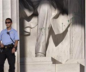 A US Park Police officer stands guard next to the statue of Abraham Lincoln at the memorial in Washington, Friday, July 26, 2013, after someone splattered green paint on the statue.