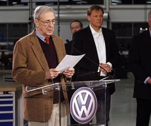 Retired circuit judge Sam Payne announces that Volkswagen employees voted against United Auto Workers representation, Feb. 14, 2014, in Chattanooga, Tenn.