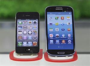 Samsung Electronics' Galaxy S III, right, and Apple's iPhone 4S are displayed at a mobile phone shop in Seoul, South Korea, Friday, Aug. 24, 2012.