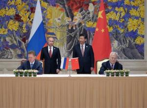 Russia's President Vladimir Putin, background left, and China's President Xi Jinping, background right, smile during a signing ceremony in Shanghai, China on Wednesday.