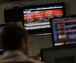 A broker watches a screen displaying information about turmoil in the Portuguese stock market and the sharp fall in Banco Espirito Santo shares, in a trading room of a bank in Lisbon, July 10, 2014.