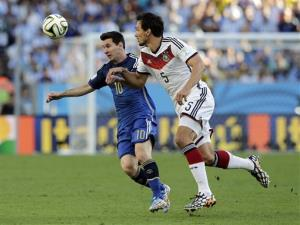 Argentina's Lionel Messi, left, battles for the ball with Germany's Mats Hummels in Rio de Janeiro, Brazil, Sunday, July 13, 2014.